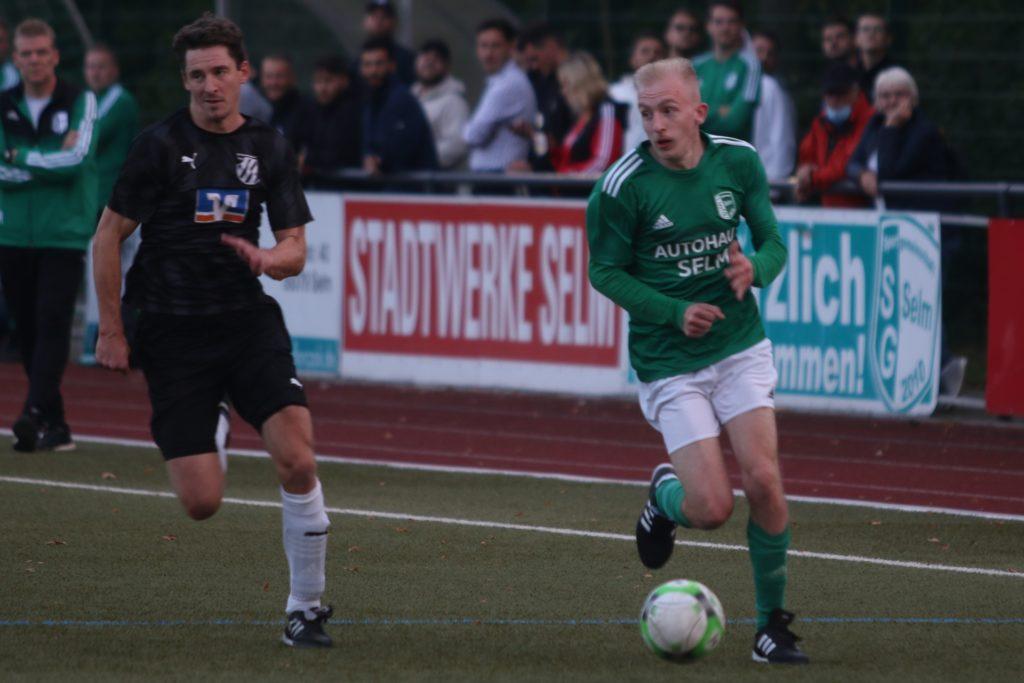 Felix Schröder (r.) sorgte für viel Betrieb auf der linken Seiten und gehörte zu den auffälligsten Spielern der SG Selm.