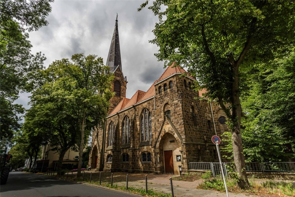 Die Dreieinigkeitskirche an der Wellinghofer Amtsstraße ist eine der beiden Kirchen, in denen die evangelische Gemeinde ihre Gottesdienste feiert.