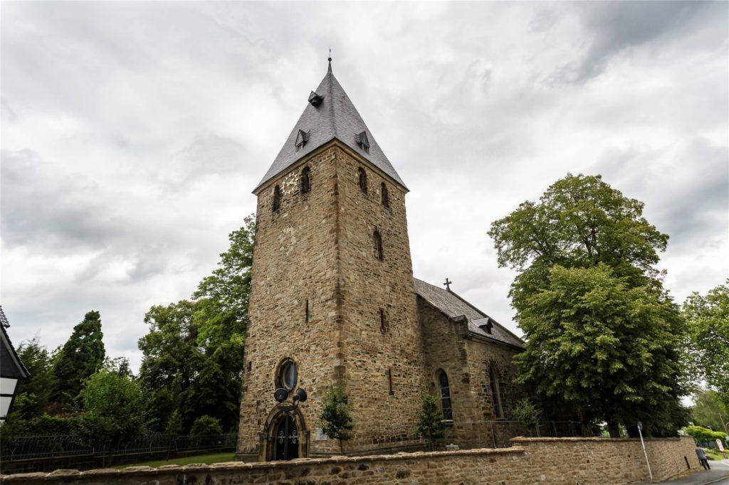 Auch in der Alten Kirche Wellinghofen finden Gottesdienste der Gemeinde statt. Der Abschied von Wolfgang Buchholz soll allerdings auf der Wiese am evangelischen Gemeindehaus gefeiert werden.