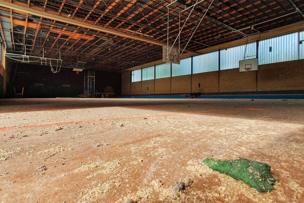 Ein Blick in die Halle: Wenig erinnert noch daran, dass hier mal Sportunterricht stattfand.