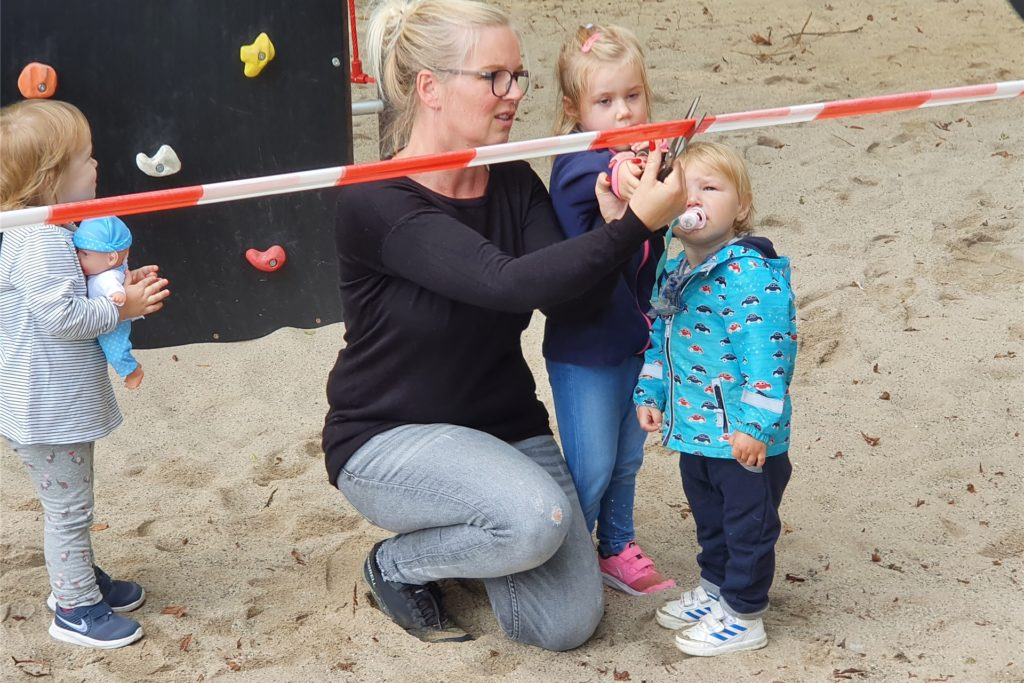 Einige Kinder eröffneten den neuen Spielplatz mit dem Durchschneiden des Bands.