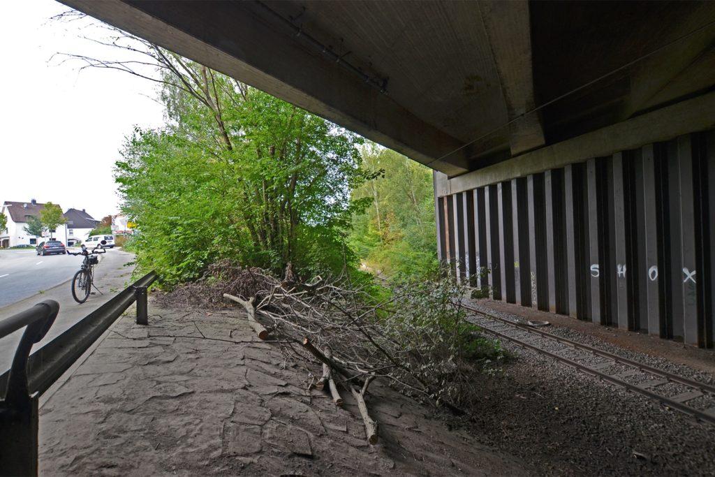 Bis an die Zufahrt zum künftigen LogPoint Ruhr nahe der Autobahnbrücke und an den Rand der Siedlung führt die Bahnstrecke.
