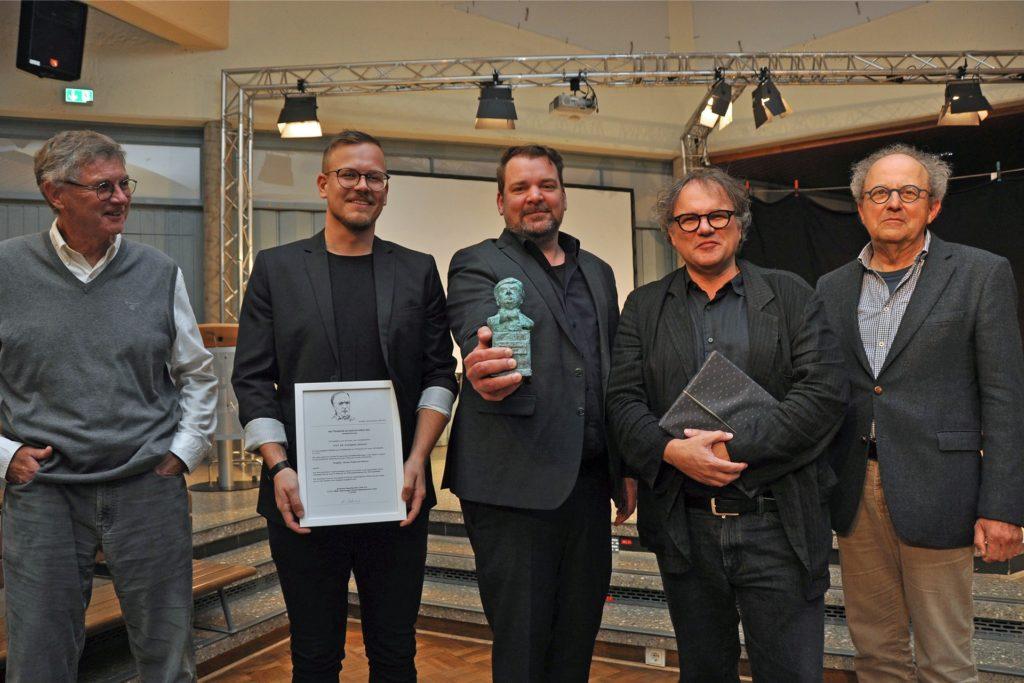 Sieger sind die SSP AG Architekten Bochum mit Björn Wollersheim (2.v.l.), Frank Köller (M.) und Thomas Schmidt (2.v.r.). Dazu gratulierten vom Vorstand der Scharoun-Gesellschaft Lünen Heinrich Behrens (r.) und Robert Weiß (l.).
