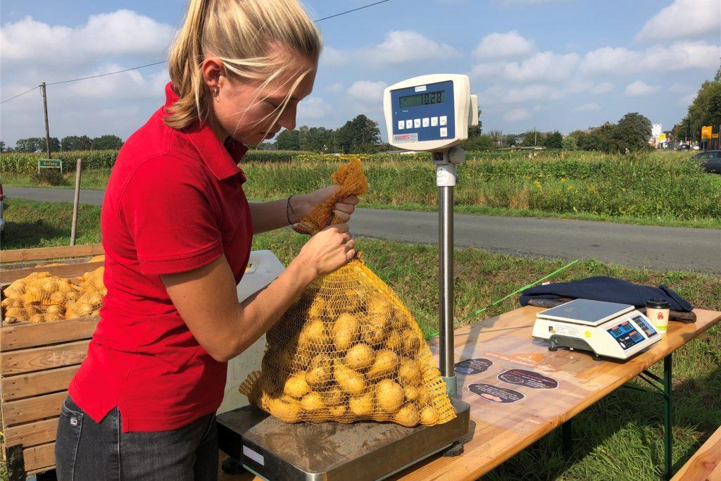 Ab und zu wiegt Sophia Pröbsting die Kartoffeln aus. Meistens wird aber nach gebuchten Metern bezahlt.