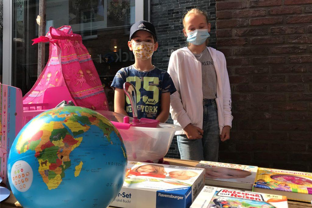 Felix und Luzi Steggemann hatten am Samstagmorgen einen Trödelmarktstand mit Spielsachen. Bereits nach zwei Stunden hatten sie ordentlich Umsatz gemacht.