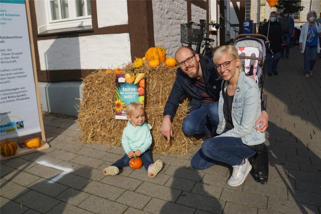 Katharina und Rafael Krämer mit Tochter Johanna. Sie suchte sich einen Kürbis mit aufgemaltem Gesicht aus