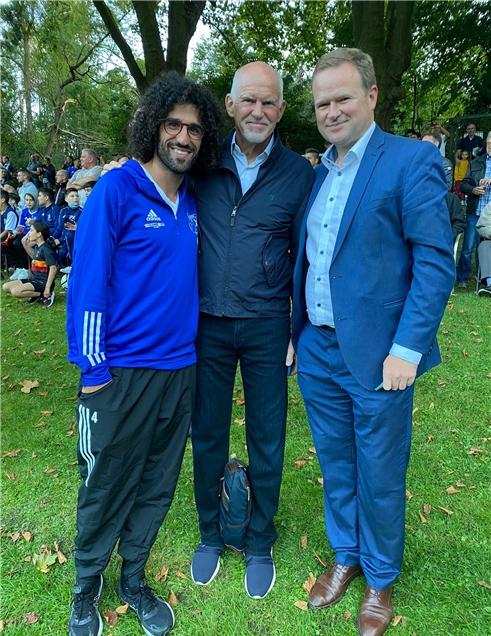 Frank Schwabe (r.) besuchte zusammen mit dem ehemaligen griechischen Staatsoberhaupt Georgos A. Papandreou den SV Wacker Obercastrop. Das freute den Geschäftsführer Onur Kocakaya und den ganzen Club, der vor fast 1300 Fans in der Erin-Kampfbahn 0:2 gegen TuS Bövinghausen verlor.
