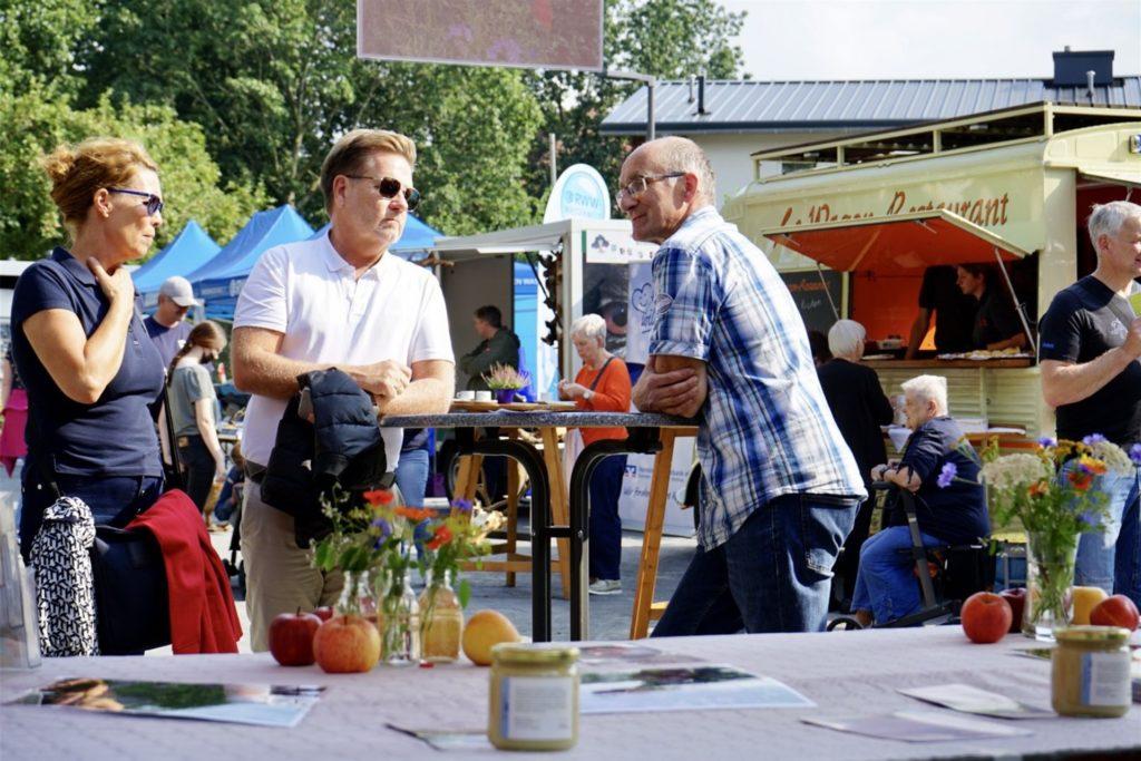 Landwirt Mattthias Schulte-Hemming stellte sein Blühwiesen-Projekt vor.
