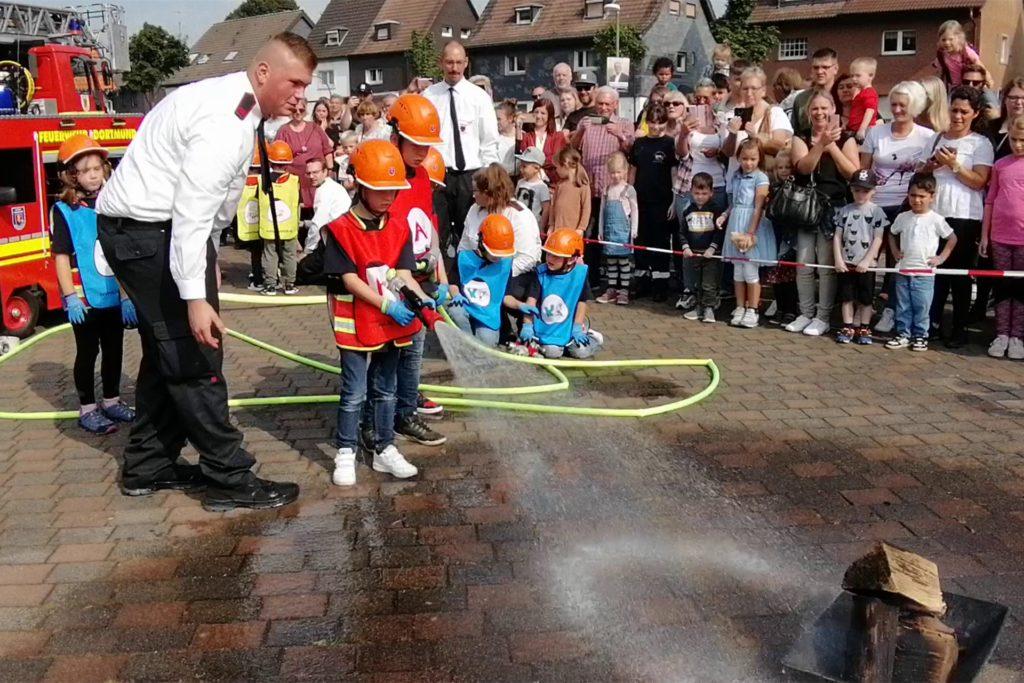 Unter der Anleitung ihrer sechs Betreuer demonstrierte der Bodelschwingher Feuerwehr-Nachwuchs, wie erfolgreich er schon ein Feuer löschen kann.