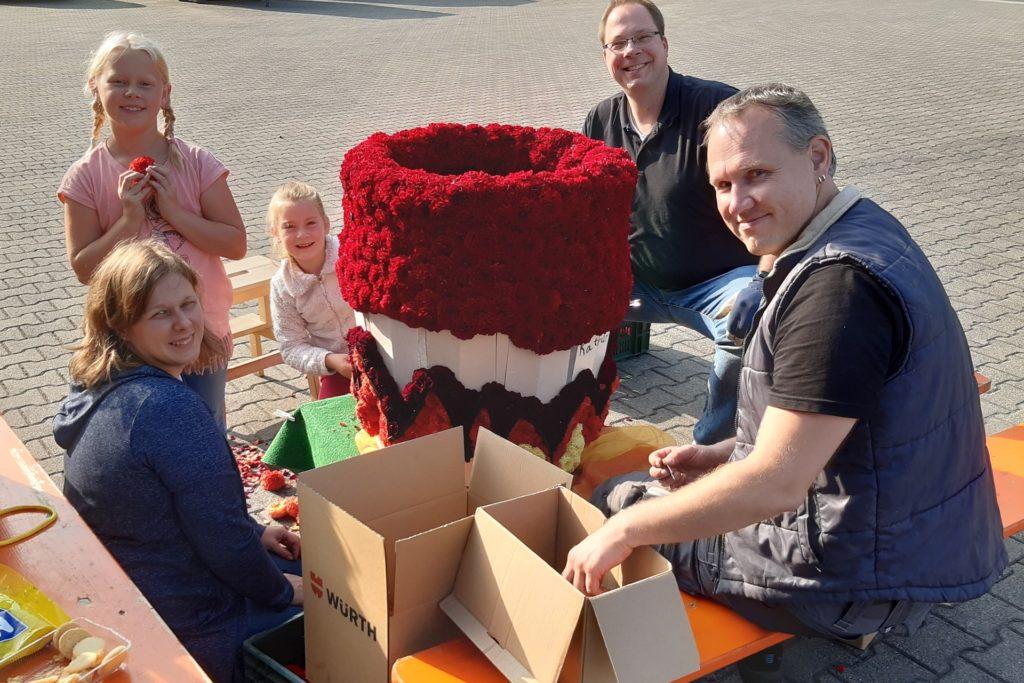Am Tacker-Samstag haben Lea (7) und Katharina (7) mit ihren Eltern Dahlienblüten an ihren Hexenkessel gesteckt.