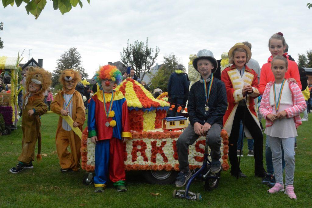 Die Kinder mir dem Wagen Zirkus Mühlenbachi aus der Nachbarschaft Mühlenbach.