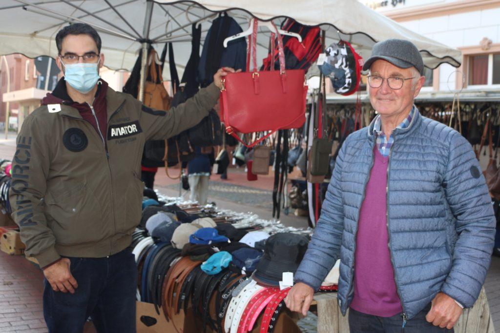 Der Winter ist gerettet: Werner Emmerich (r.) hat am Stand von Daniel Arpaz eine wärmende Kopfbedeckung gefunden.