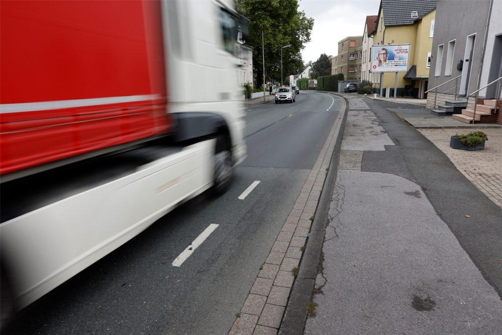 Gefährliche Fahrt: Durch Fahrbahnränder in schlechtem Zustand, unterbrochene Markierungen und Laster, die den Abstand nicht halten.