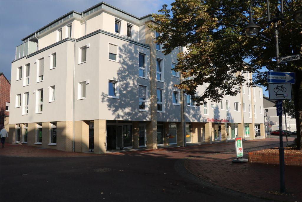 Wo sich noch vor Kurzem eine Großbaustelle befunden hat, erstrahlt nun ein neues modernes Gebäude. Auch die Durchfahrt an der Schulstraße ist inzwischen wieder geöffnet.
