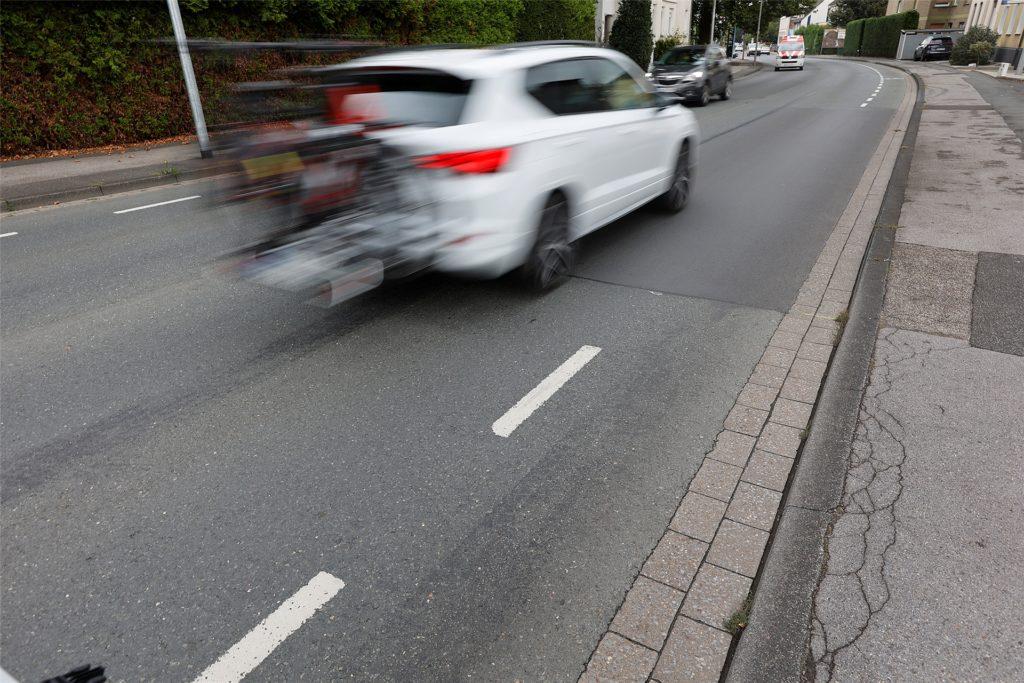 Dieser Autofahrer, der selbst Räder dabei hat, hält sich an die Verkehrsregeln und überfährt die gestrichelten Linien nicht.