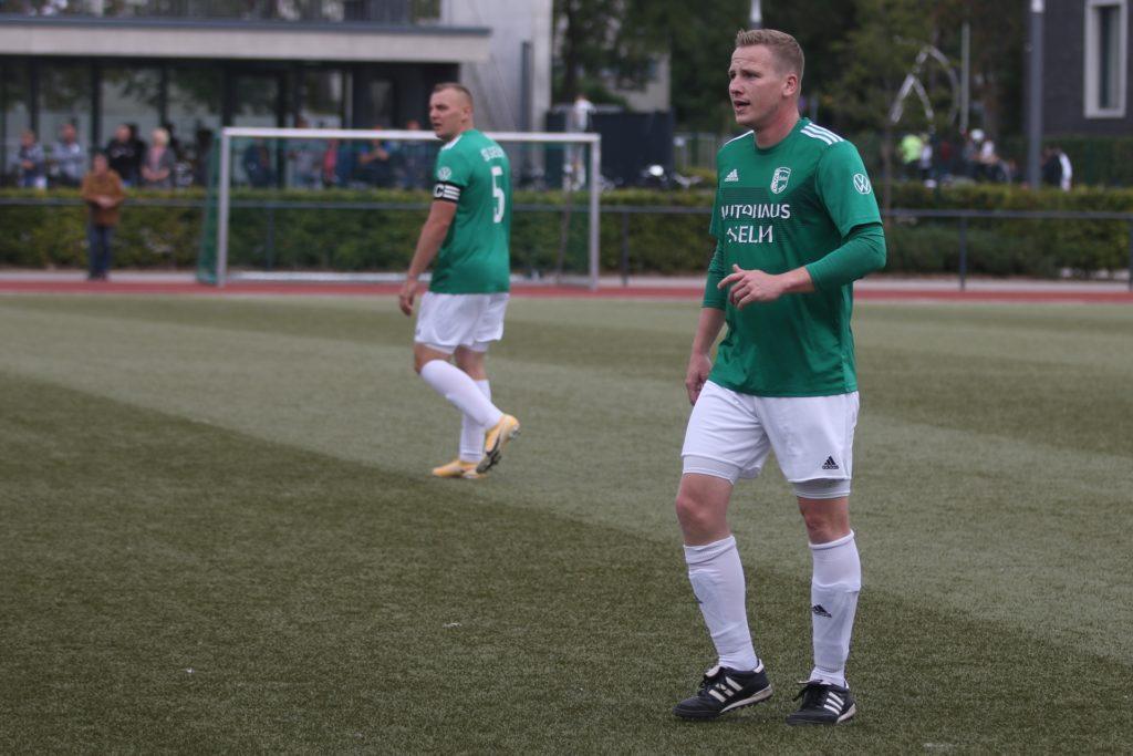 Tobias Lütjann bildete in den letzten 22 Minuten des Spiels gegen den VfL Wolbeck wieder zusammen mit Kapitän Daniel Ulrich (im Hintergrund) das Innenverteidigerduo der SG Selm.