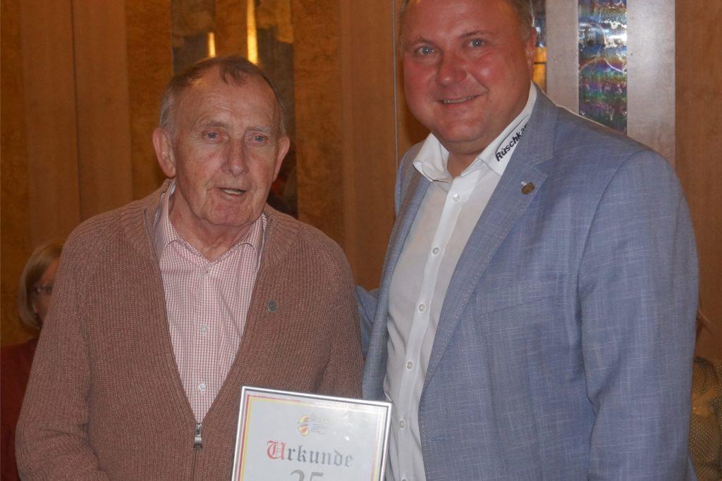 Für 25-jährige Mitgliedschaft in der IWK zeichnete der Präsident Michael Holtmann Hans-Otto Menken (75) aus und steckte ihm die Silberne Ehrennadel der IWK an.