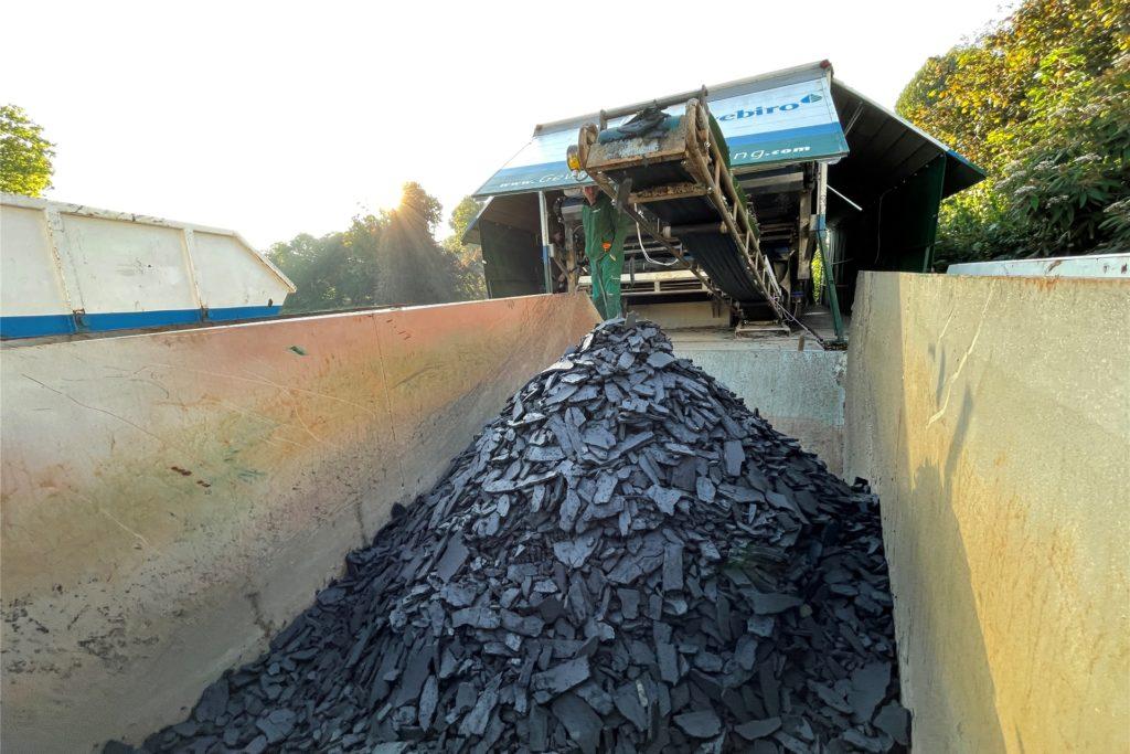 Getrocknet und gepresst kommt der Schlamm aus dieser Walze in einen Container. Der wird bei einer Bodenaufbereitungsfirma in Aachen entsorgt.