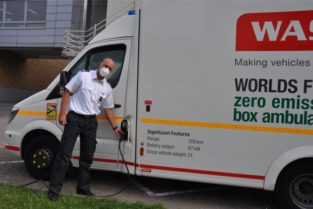 Tim Kewitz hängt den Elektro-Rettungswagen an die Ladestation. Mit einer Ladung kommt er 200 Kilometer weit.