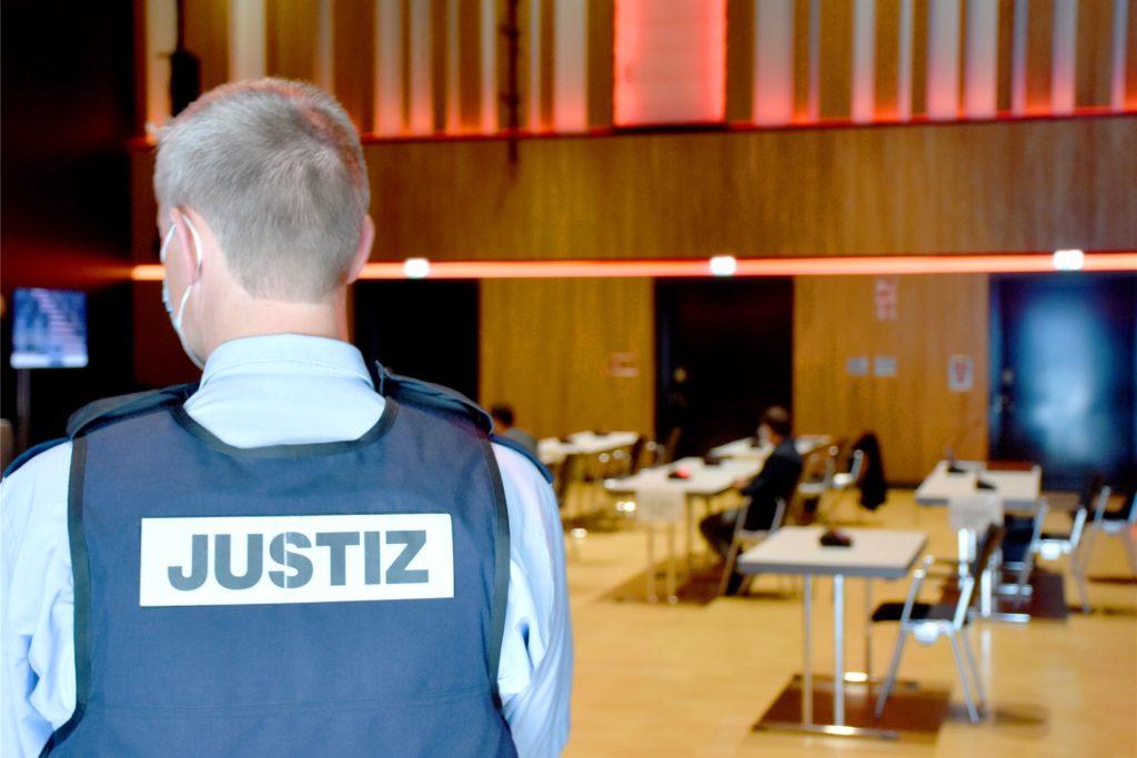 Mit großem Aufwand wurde das Verfahren gegen insgesamt sieben Angeklagte vor dem erweiterten Schöffengericht Ahaus geführt. Am zweiten Verhandlungstag ergingen sieben Freisprüche und eine Verurteilung.