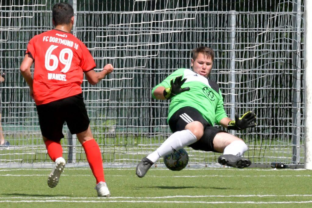 Leon Bensiek (r.) hat beim SV Preußen derzeit keine einfache Aufgabe.