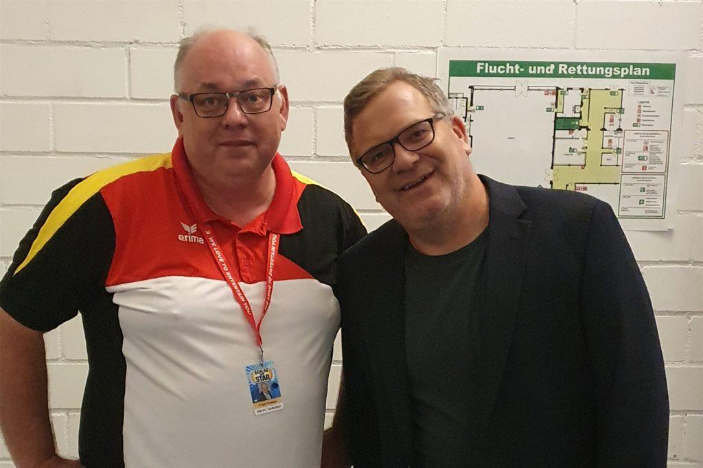 Der Stadtlohner Frank Kribbel, Präsident des Deutschen Dodgeball Bundes (l.) mit Showmaster Elton.
