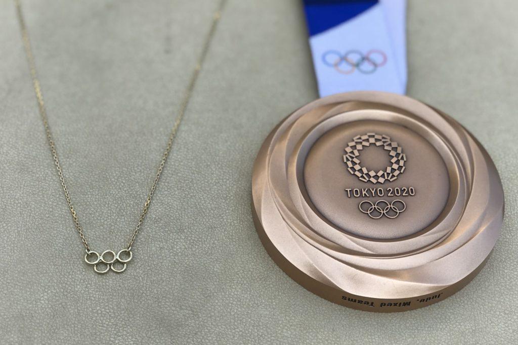 Die goldene Halskette neben der Bronzemedaille.