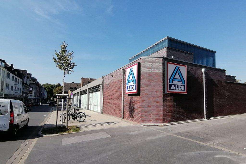 An der Einfahrt an der Siegburgstraße entstand einer von zwei Anbauten. Der Bereich gehört zum Lager und bietet Platz für Kühlgeräte.