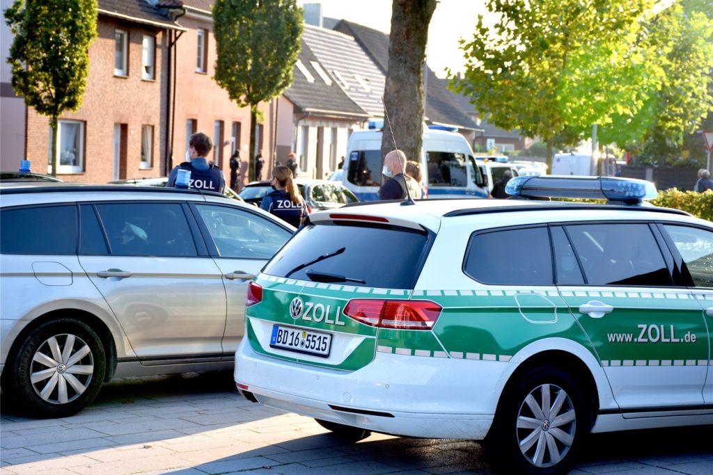 Schwer bewaffnete Einsatzkräfte der Polizei sowie Beamte des Zolls mit Hunden sind am Mittwochabend an der Wüllener Straße in Ahaus im Einsatz. Zu den Hintergründen gibt es am Abend keine Informationen.