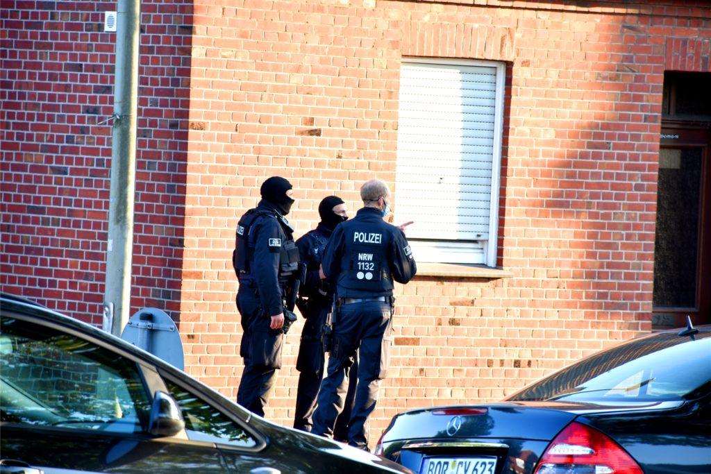 Sondereinsatzkräfte der Polizei und des Zolls haben am Mittwochabend ein Haus an der Wüllener Straße gestürmt.
