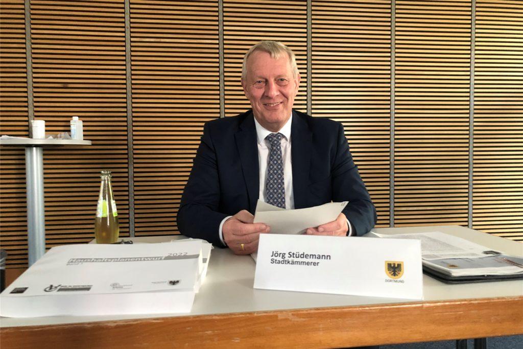 Stadtkämmerer Jörg Stüdemann mit seinem Mammutwerk, dem Haushalt 2022. Er wird am Donnerstag (23.9.) in den Rat eingebracht.