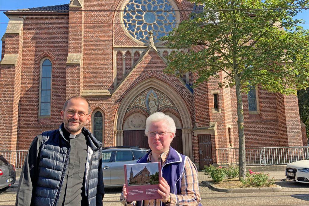 Maria Kohle ist die Verfasserin der Jubiläumsschrift. Pfarrer Christian Conrad feiert mit seiner Gemeinde am 26. September 2021 das Kirchweihhochamt – wegen Corona in einem bescheidenen Rahmen.