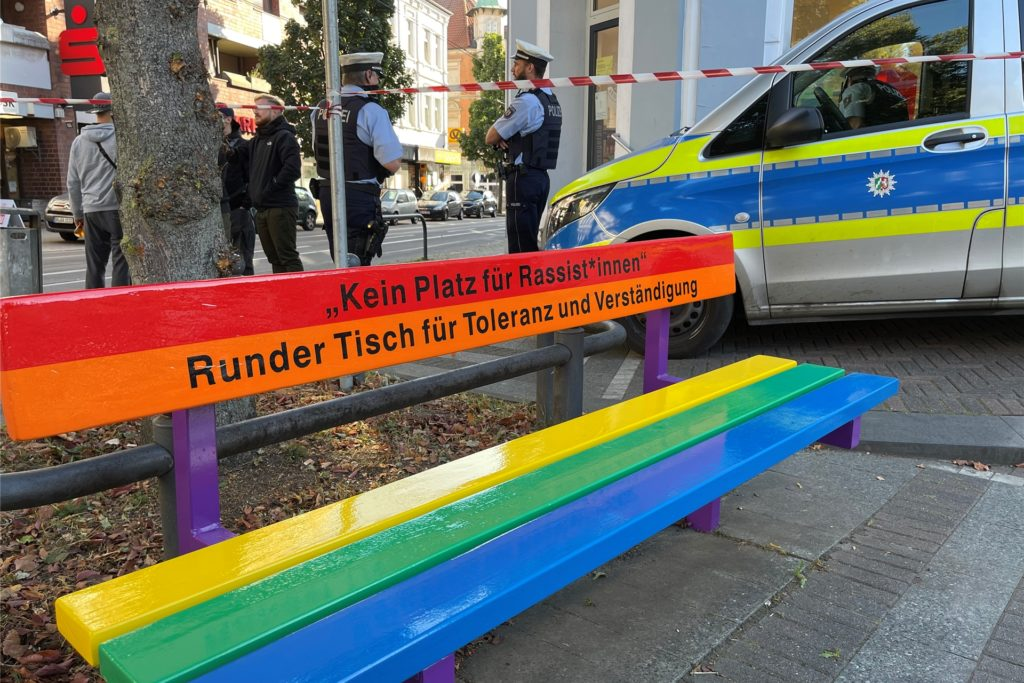 Mitglieder der rechten Szene hatten sich während des Aufbaus am Rande des Wilhelmplatzes versammelt. Die Polizei schützte den Bereich.