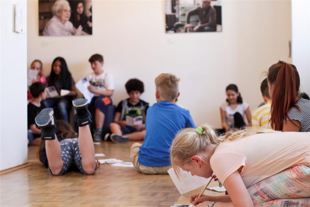 Dieses Foto entstand in einer anderen Schule. Aber auch in der Robert-Koch-Realschule schrieben die Realschüler Briefe an Überlebende. Für die sei es wichtig,