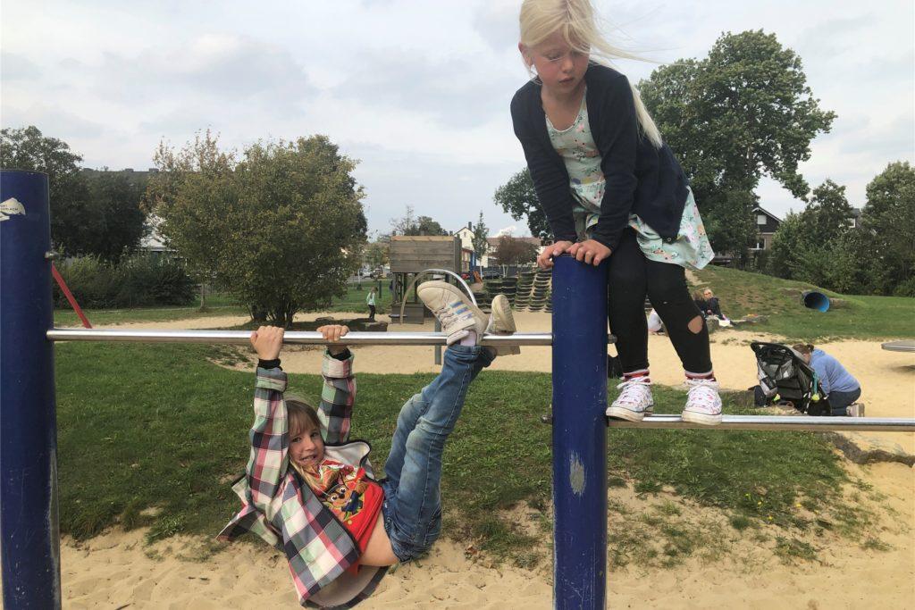 Lenia und Mia lieben das Klettergerüst auf dem Spielplatz an der Waldenburger Straße.