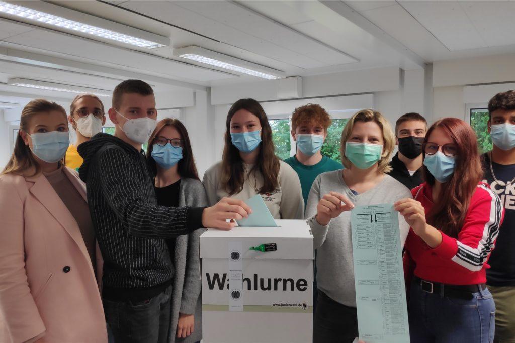 Der Wahlvorstand organisierte zusammen mit Janine Erdwich (l.) und Yvonne Romé (vierte von rechts) die Juniorwahl an der Gesamtschule Fröndenberg.