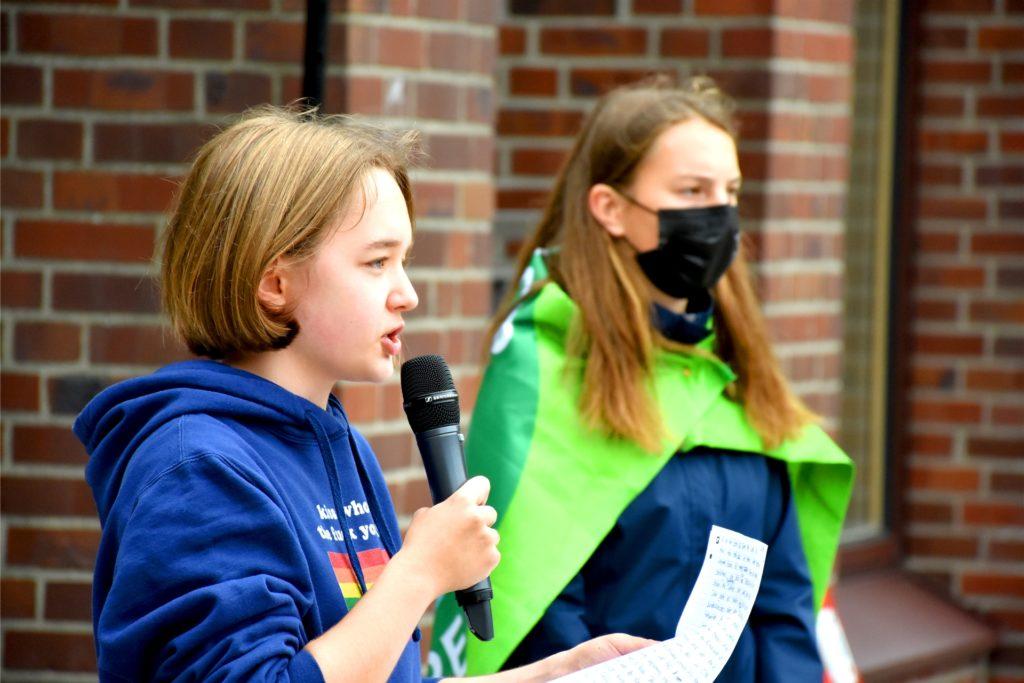 Lotta Elkemann (15, l.) hielt am Anfang der Demo eine Rede und rief zur Wahl auf. Kinder und Jugendliche dürften zwar nicht mitwählen, würden dafür aber vor der Wahl ihre Stimme erheben.