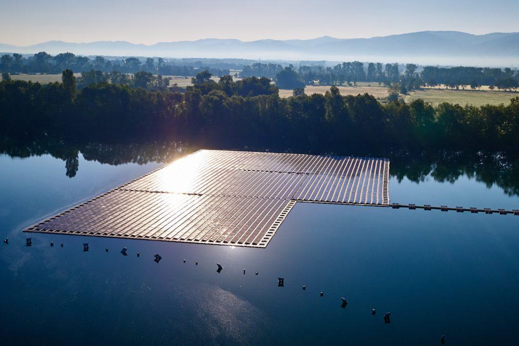 So könnte es vielleicht auch bald in Sythen aussehen: Auf dem Baggersee Maiwald in Renchen hat die EnBW-Tochter Erdgas Südwest diese schwimmende PV-Anlage gebaut.