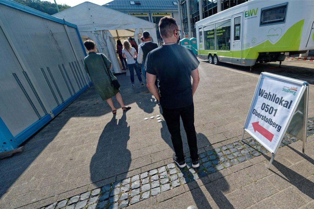 Ein Zelt dient in Stolberg als Wahllokal. Das Gebäude des örtlichen Energieversorgers EWV, das bei vorherigen Wahlen immer als Wahllokal diente, wegen des Hochwassers nicht benutzbar.