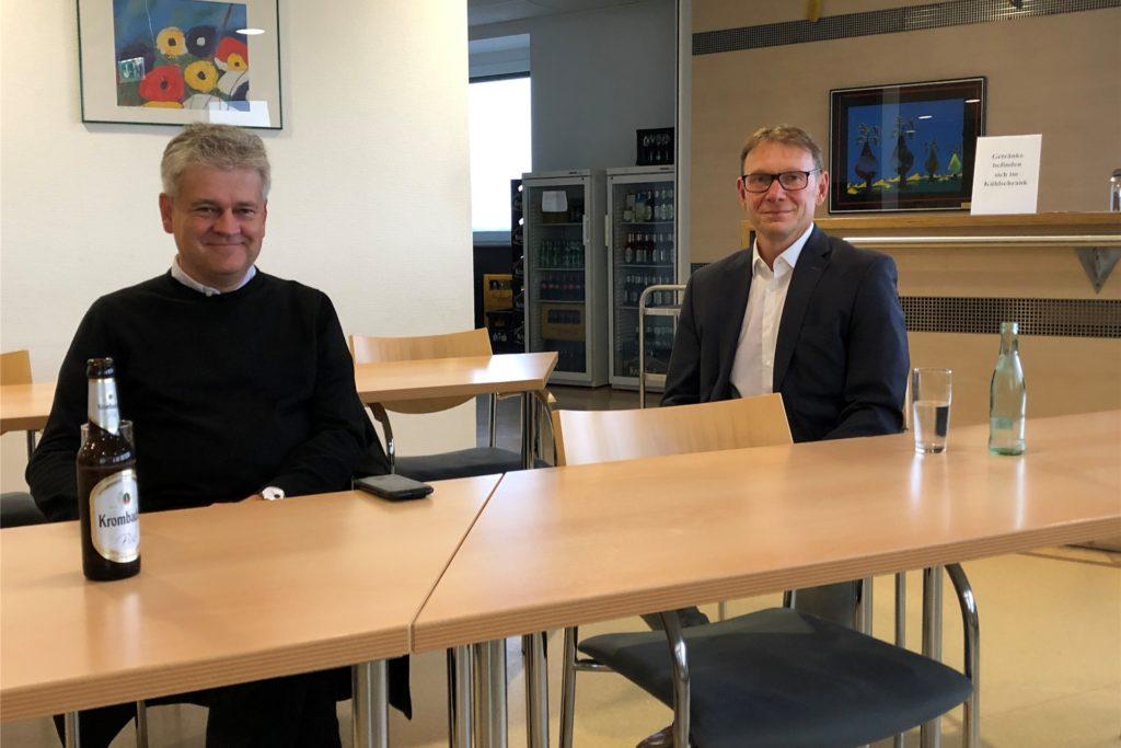 Benedikt Striepens (l.), Fraktionsvorsitzender der Grünen, verfolgte mit Bürgermeister Lothar Christ als einer der wenigen Politiker in der Cafeteria im Stadthaus Werne das Wahl-Geschehen.