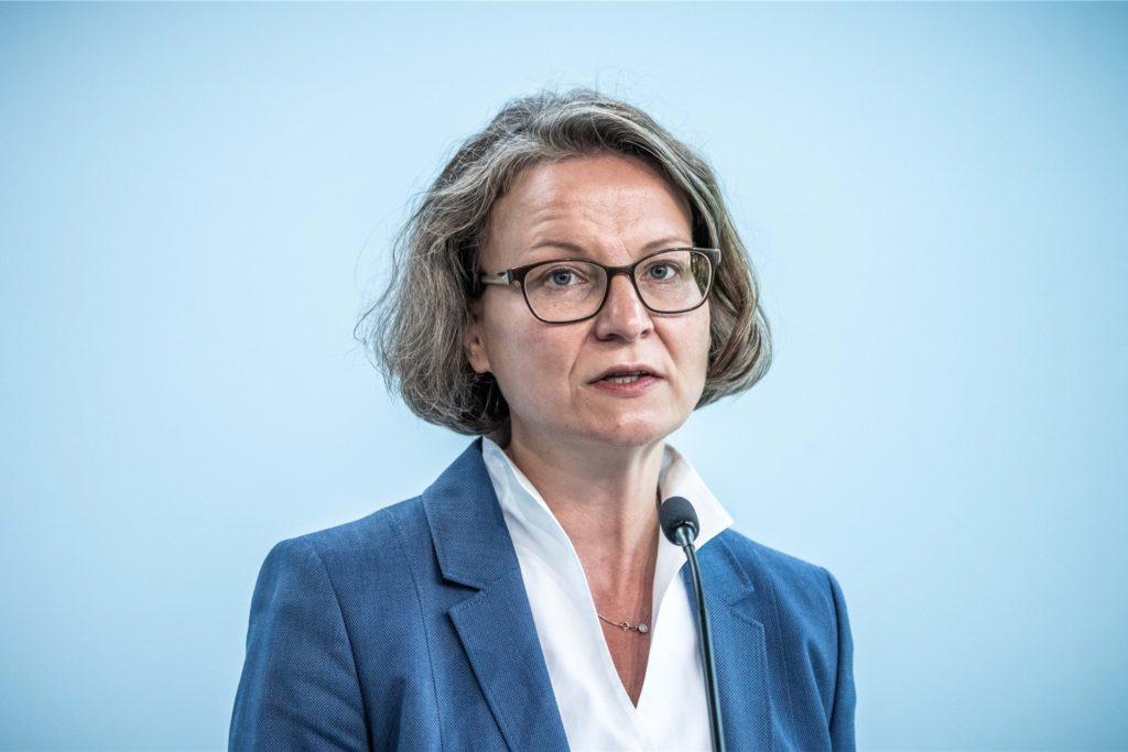 Ina Scharrenbach (CDU), Nordrhein-Westfalens Ministerin für Heimat, Kommunales, Bau und Gleichstellung, steht neben Wüst ebenfalls in der engeren Auswahl.