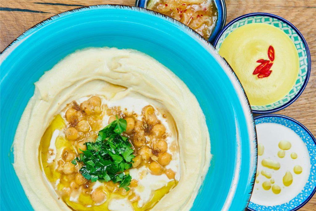 Hummus, die orientalische Paste aus Kichererbsen, Tahini, Olivenöl, Zitronensaft und Salz, schmeckt vor allem, wenn sie schön cremig ist.