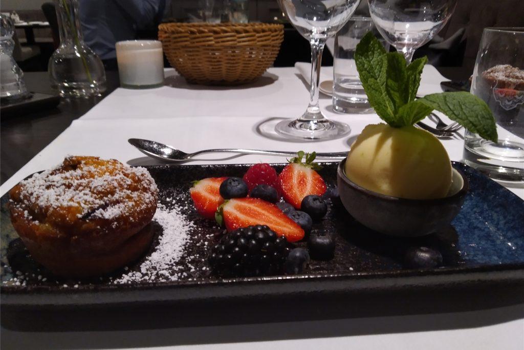 Der Nachtisch: Zwetchgen Clafoutis mit Buttermilcheis und frischem Obst.