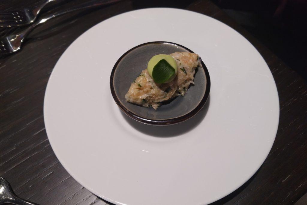 Das Amuse-Geule: ein Laschs-Tartar mit einer Auberginen-Creme.