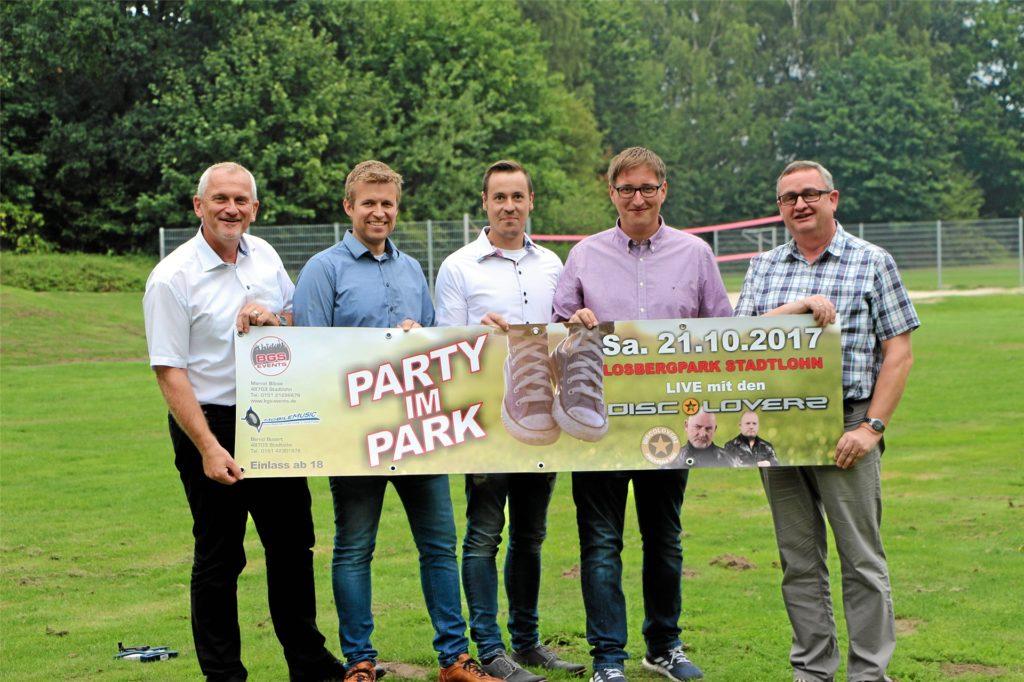 Vor vier Jahren erlebte die Party im Park ihre Premiere: Damals warben Günter Wewers (Erster Beigeordneter), Marcel Bibow, Bernd Busert, Florian Renner (alle drei Veranstalter) und Klaus-Dieter Weßing (Fachbereichsleiter Schule, Kultur und Sport) für die Veranstaltung.