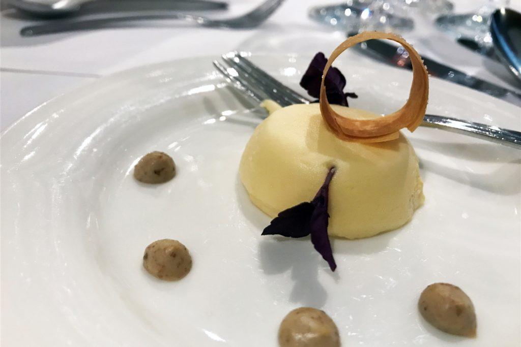 Optisch sieht der Gruß aus der Küche aus wie ein Dessert. Es handelt sich jedoch um eine deftige Mousse vom luftgetrockneten Kernschinken.